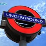 Célèbre panneau de signalisation londonien pour indiquer les bouches de métro à Londres.